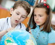 Dos pupilas miran el globo Imagen de archivo