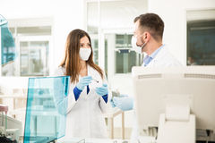 Dos químicos que hacen análisis de sangre en un laboratorio Fotos de archivo