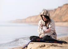 Dos que se sientan por la costa Imagen de archivo libre de regalías