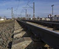 Dos ramas de ferrocarril electrificado para el movimiento de los trenes w fotografía de archivo libre de regalías