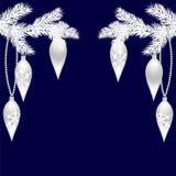 Dos ramitas del abeto de plata con los juguetes hermosos por el Año Nuevo Ramas spruce de la Navidad En un fondo azul Imágenes de archivo libres de regalías