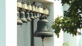 Dos ramos de sinos de igreja visíveis do bordo video estoque
