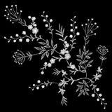 Dos ramos pequenos florais brancos do teste padrão do laço do bordado erva selvagem com pouca flor violeta azul do campo Fashio p Fotos de Stock