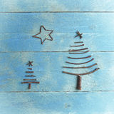 Dos árboles de navidad y estrellas hechos de los palillos secos en fondo de madera, azul Ornamento del árbol de navidad, arte Fotografía de archivo