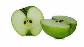 Dos rebanadas de Apple verde en un fondo blanco Foto de archivo