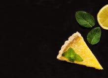 Dos rebanadas de empanada del limón en fondo negro Foto de archivo libre de regalías