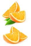 Dos rebanadas de fruta anaranjada aisladas Fotografía de archivo libre de regalías