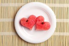 Dos rebanadas de la sandía en la forma de corazones Imagenes de archivo