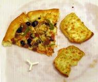 Dos rebanadas de pan de la pizza y de ajo fotos de archivo libres de regalías