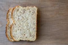 Dos rebanadas de pan sobre fondo de madera Fotos de archivo libres de regalías