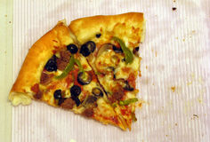 Dos rebanadas deliciosas de la pizza fotografía de archivo