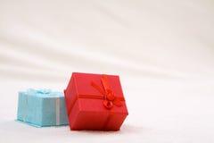 Dos rectángulos de regalo coloridos Imágenes de archivo libres de regalías