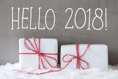 Dos regalos con la nieve, texto hola 2018 Imagen de archivo