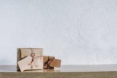 Dos regalos de los regalos envueltos en papel rústico Foto de archivo libre de regalías