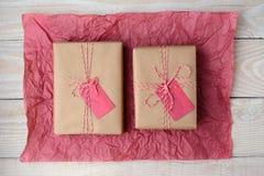 Dos regalos en el papel seda rojo Imagen de archivo