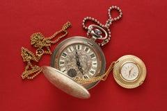 Dos relojes de bolsillo con la cadena Imágenes de archivo libres de regalías