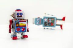 Dos robots del juguete de la lata del vintage aislados en el fondo blanco Imagen de archivo libre de regalías