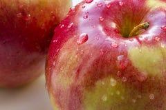 Dos rojo Apple con las gotitas de agua Imagenes de archivo