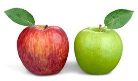 Dos rojos y manzanas verdes aisladas en blanco Imágenes de archivo libres de regalías