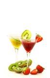 Dos rojos y vidrios rayados verdes de zumo de fruta Fotos de archivo libres de regalías