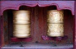 Dos ruedas de rezo budistas tibetanas Foto de archivo libre de regalías