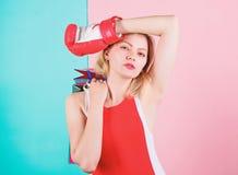 Dos sacos de compras vermelhos do grupo da posse da luva de encaixotamento da mulher fundo cor-de-rosa azul Pontas a comprar vend imagens de stock