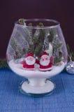Dos Santas en un bol de vidrio cubierto con nieve fotos de archivo