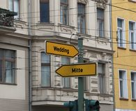 Dos señales de tráfico con la flecha y las indicaciones del MOS dos Imagen de archivo libre de regalías