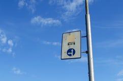 Dos señales de tráfico rusas en una placa vieja Foto de archivo