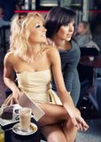 Dos señoras atractivas en un café fotografía de archivo