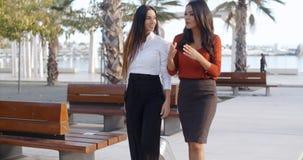 Dos señoras elegantes que caminan y que charlan Imágenes de archivo libres de regalías