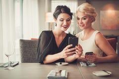 Dos señoras elegantes que toman el selfie en restaurante Fotografía de archivo libre de regalías