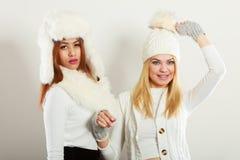Dos señoras en equipo del blanco puro Fotos de archivo libres de regalías