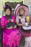 Dos señoras en un banco. Fotografía de archivo libre de regalías