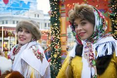 Dos señoras hermosas jovenes en ropa rusa tradicional presentan para las fotos Fotografía de archivo libre de regalías
