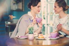 Dos señoras jovenes elegantes en un café Foto de archivo