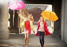 Dos señoras rubias atractivas durante caminar de la primavera Foto de archivo libre de regalías