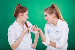 Dos secretos de las partes de los adolescentes, chisme Fotografía de archivo
