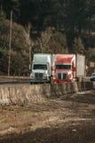 Dos semi acarrea la conducción uno al lado del otro en la autopista 5 de la autopista sin peaje de Oregon foto de archivo libre de regalías