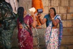 Dos señoras que se lavan en el río de ganges Fotografía de archivo libre de regalías