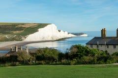 Dos sete penhascos de giz das irmãs apenas a parte externa Eastbourne da guarda costeira Cottages & imagens de stock royalty free