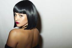 Dos sexy de belle femme de brune avec la coupe de cheveux de plomb. Jolie fille d'adulte de beauté Photographie stock libre de droits