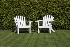 Dos sillas blancas del adirondack foto de archivo libre de regalías