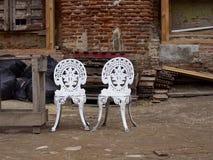 Dos sillas blancas del hierro Imágenes de archivo libres de regalías