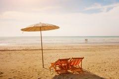 Dos sillas de cubierta en la playa Fotografía de archivo