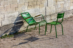 Dos sillas de jardín verdes en el Tuileries cultivan un huerto, París, Francia Imagen de archivo libre de regalías
