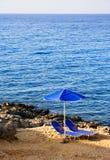 Dos sillas de playa del abandono Imagen de archivo