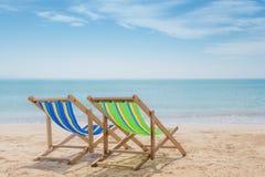 Dos sillas de playa en la arena blanca con el fondo del mar del cielo azul y del verano Concepto del verano, de las vacaciones, d fotos de archivo