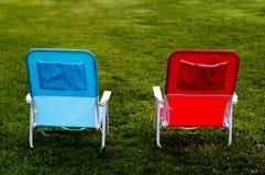 Dos sillas en hierba foto de archivo libre de regalías