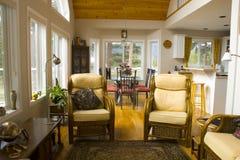 Dos sillas en una sala de estar Fotos de archivo